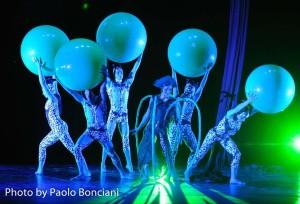 La compagnia di acrobati volanti SONICS presenta Meraviglia, al Teatro Bellini di Napoli