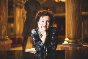 """Gea Garatti Ansini sul podio del Teatro San Carlo di Napoli per """"Ein Deutsches Requiem"""" di Johannes Brahms, il 15 maggio 2019"""